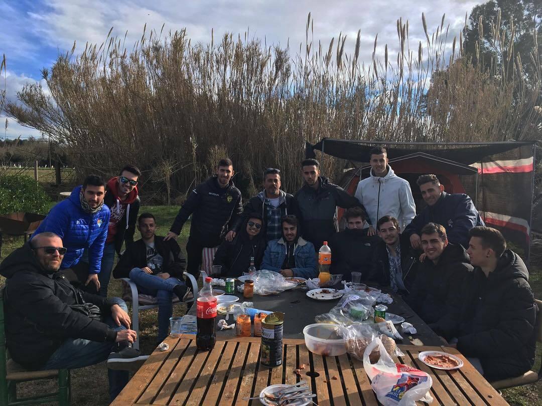 Barbacoa del primer equipo del CF Can Vidalet. Este medio día los jugadores del primer equipo han disfrutado de una barbacoa para así unir fuerzas para el partido de mañana contra el FC Argentona, a las 12.10h en el Mpal. El Mol