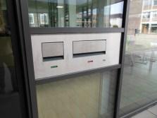 Medienrückgabesystem von außen, falls Bibliothek geschlossen ist: kleiner Einwurfbereich für DVDs/CDs; großer Einwurfbereich für Bücher