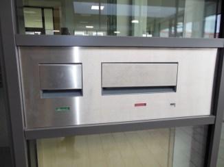 Das praktische Rückgabesystem am Eingang der Schulbibliothek ermöglicht die Rückgabe von Medien, falls die Bibliothek geschlossen ist.