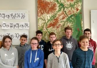 Die Klassensieger im Wettbewerb Diercke Wissen 2017: Lara Grewenig, Max Ebermann, Lea Gierenz, Luis Hermanns, Tobias Adam, Adrian Scherhag, Timo Klenner, Justus Vogel und Julian Gangolf (v.l.n.r.)