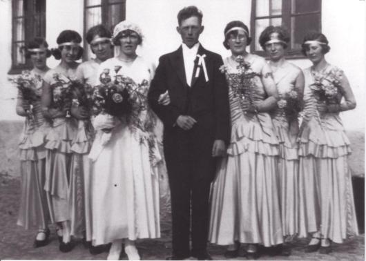 Mormor och morfar med brudtärnor i Gödelöv