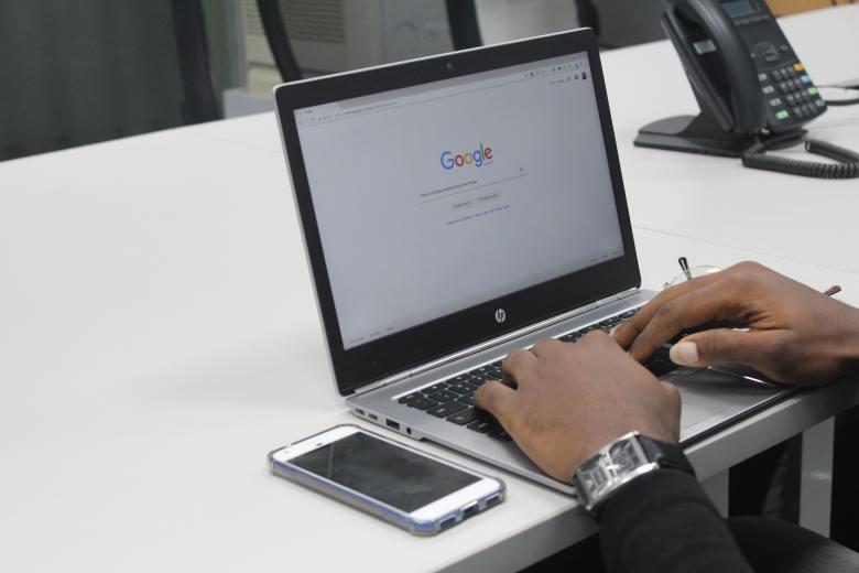 Hombre buscando en Google