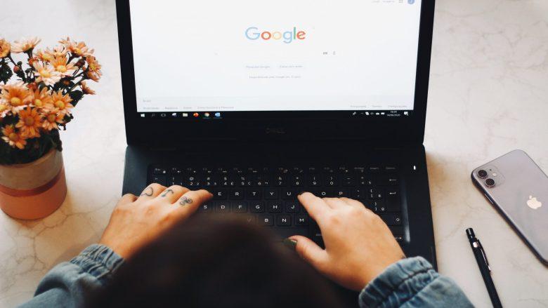 Mujer escribiendo en una computadora en Google