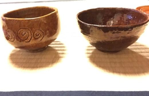 Cerâmica Ohi, forma moldada à mão, na queima usa-se o esmalte âmbar.