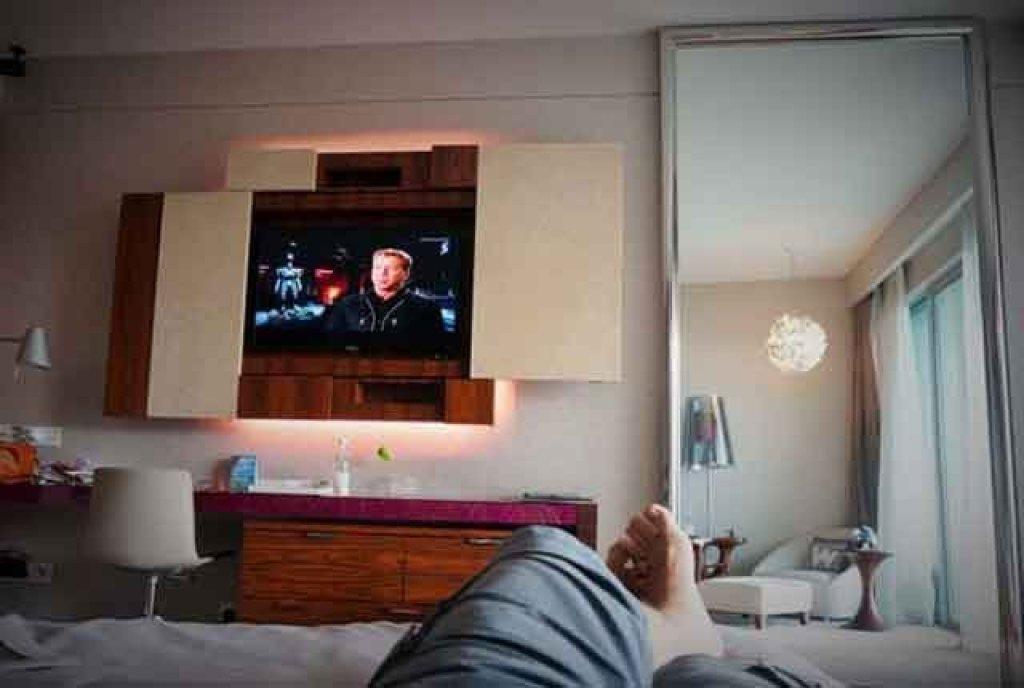 menonton tv di hotel