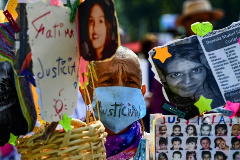 Les familles 43 étudiants de l'école normale d'Ayotzinapa manifestent à Mexico, le 10 mai 2018 (AFP/Archives - RONALDO SCHEMIDT)