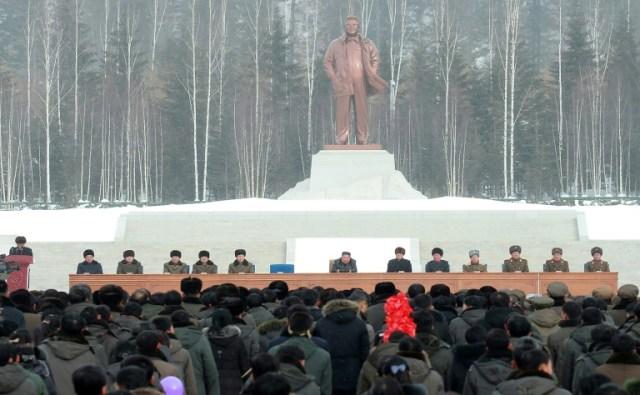 Photo prise le 2 décembre 2019 et diffusée par l'agence nord-coréenne KCNA du leader nord-coréen Kim Jong Un (au centre) durant la cérémonie d'inauguration de la ville nouvelle de Samjiyon, en Corée du Nord (KCNA VIA KNS/AFP - STR)