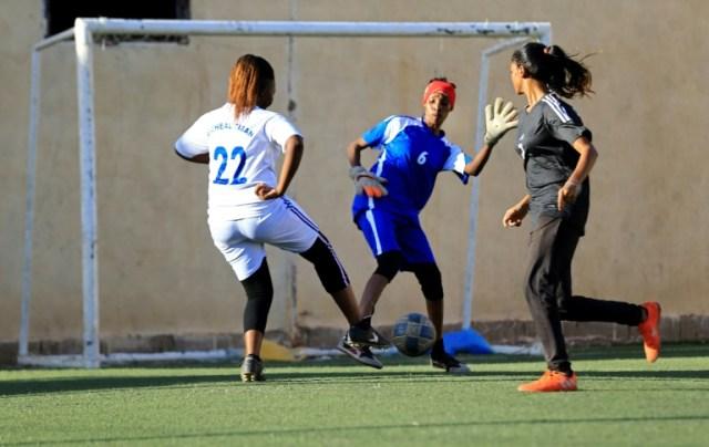 Des footballeuses soudanaises s'entraînent à Khartoum, le 20 novembre 2019 (AFP - ASHRAF SHAZLY)