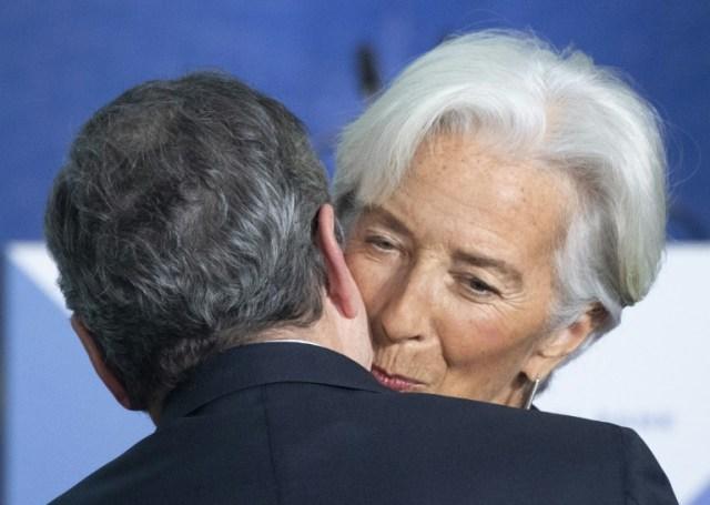 Christine Lagarde et son prédécesseur, Mario Draghi, lors d'une cérémonie à Francfort le 28 octobre 2019 (POOL/AFP/Archives - Silas Stein)
