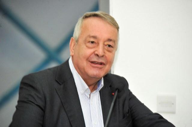 Le PdG du groupe français Veolia, Antoine Frerot, lors d'une conférence de presse sur le site de l'usine de dessalement de Sur, à Oman, le 27 novembre 2019 (AFP - Sultan al-Hasani)