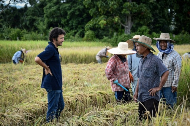 """Le Français Tristan Lecomte, fondateur de l'entreprise """"Pur Project"""", parle avec des riziculteurs à Mae Rim, dans le nord de la Thaïlande, le 7 novembre 2019 (AFP - Lillian SUWANRUMPHA)"""