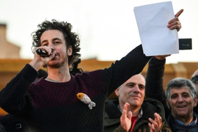 """Mattia Santori, l'un des fondateurs du mouvement antifasciste des """"sardines"""", s'exprime lors d'une manifestation à Rome le 14 décembre 2019 (AFP - Andreas SOLARO)"""