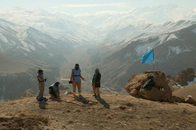 Un groupe de démineurs afghans employés par l'ONG Danish Demining Group parcourt un ancien champ de bataille de la guerre entre moujahidine et soldats soviétiques, à Ahangaran, dans la province de Bamiyan (centre), le 14 novembre 2019.  (AFP - MOHAMMAD ALI SHAIDA)