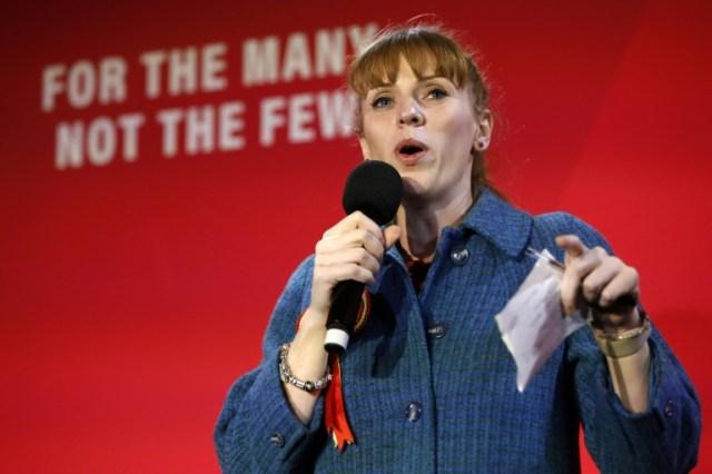 Angela Rayner, en meeting à Birmingham le 5 décembre 2019, pourrait succéder à Jeremy Corbyn à la tête du Labour britannique (AFP - Tolga AKMEN)