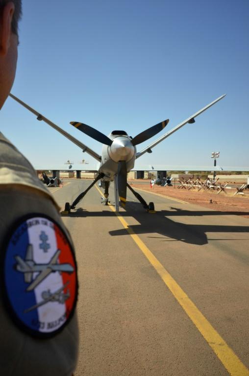 Un drone armé Reaper de l'armée française, équipé de deux bombes GBU-12 de 250 kg, sur la base aérienne de Niamey, au Niger, le 15 décembre 2019. (AFP - Daphné BENOIT)