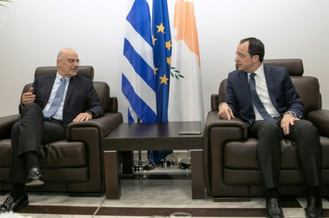 Une photo fournie par le gouvernement chypriote montre le ministre  Le ministre des Affaires étrangères grecques Nikos Dendias (G) et son homologue chypriote Nikos Christodoulidis (D), à Larnaca, à Chypre, le 22 décembre 2019 (PIO/AFP - Stavros IOANNIDES)