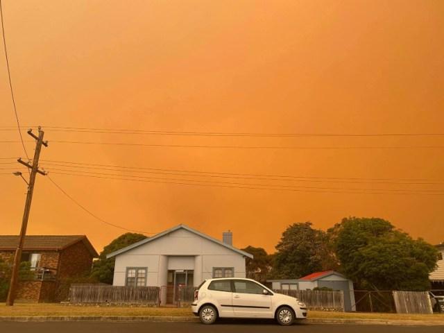 Le ciel semble être lui aussi en feu en raison des nombreux incendies qui ravagent l'Australie, sur cette image prise le 30 décembre 2019 dans la ville côtière de Bermagui, en Nouvelle-Galles du Sud (Courtesy of Stacey Broadfoot/AFP - Handout)