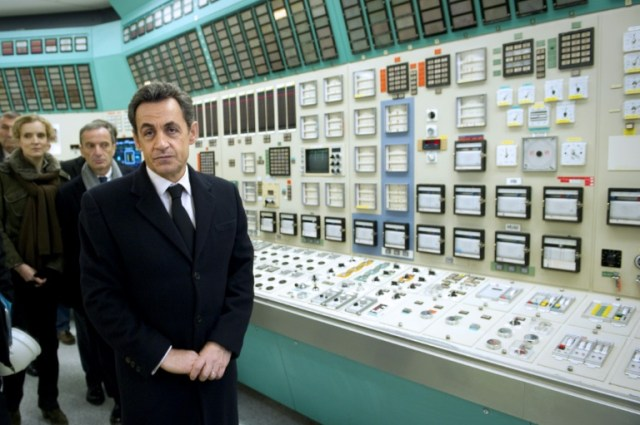 Le président de la République Nicolas Sarkozy visite la salle de commandes de la centrale de Fessenheim (Haut-Rhin) le 9 février 2012 (AFP/Archives - LIONEL BONAVENTURE)