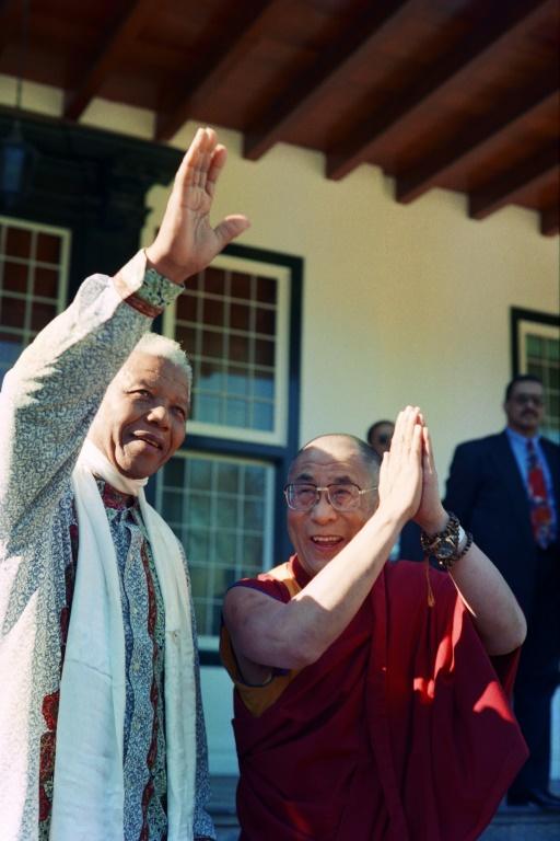 Le Dalaï Lama (d) auprès du président sud-africain Nelson Mandela au Cap, le 22 août 1996 (AFP/Archives - Anna ZIEMINSKI)