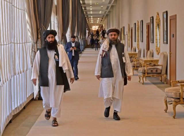 Des membres de la délégation des talibans à Doha pour la signature d'un accord avec les Etats-Unis, le 29 février 2020 (AFP - Giuseppe CACACE)