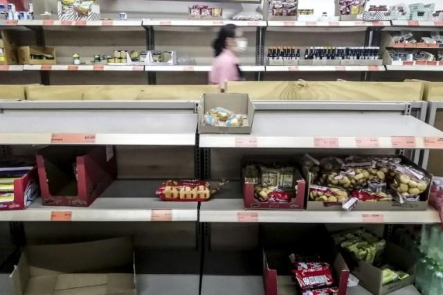 Des étals presque vides dans une supermarché de Medellin, en Colombie, le 17 mars 2020 (AFP - JOAQUIN SARMIENTO)