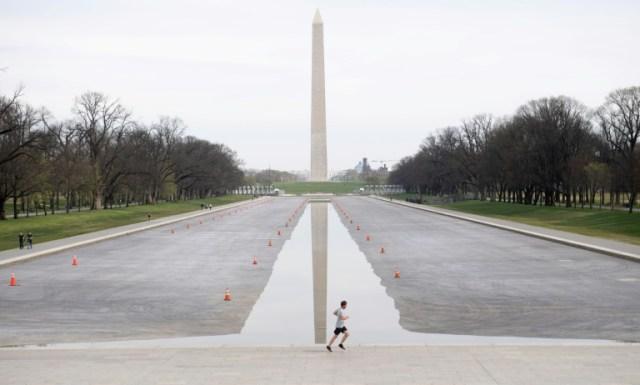 Le Washington Monument de la capitale américaine, où les habitants restent en majorité chez eux à cause du Covid-19, le 19 mars 2020 (AFP - SAUL LOEB)