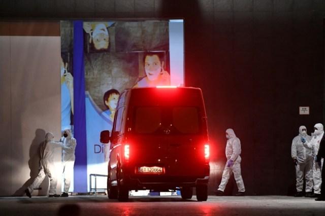 Des membres de l'armée devant de Palacio de Hielo à Madrid, où une patinoire a été transformée en morgue, le 23 mars 2020 (AFP - PIERRE-PHILIPPE MARCOU)
