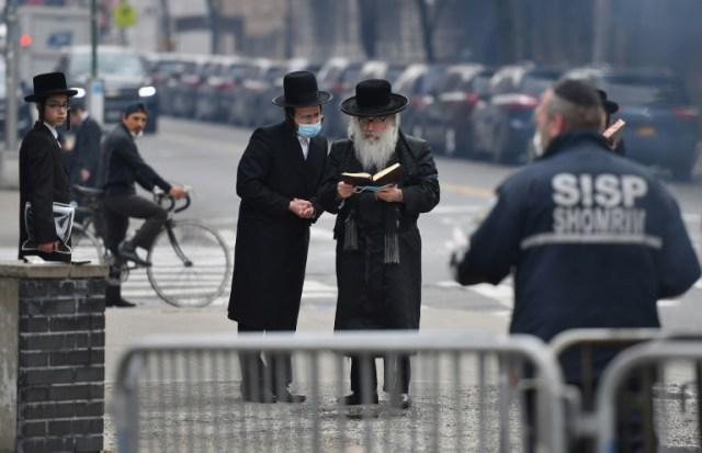 Des membres de la communauté juive orthodoxe, le premier jour de la fête de Pessah à Brooklyn, le 8 avril 2020 (AFP - Angela Weiss)