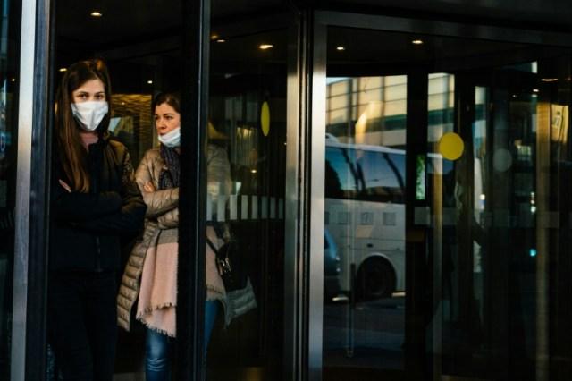 Des soignants sortent de l'hôtel où ils résident, loin de leurs proches, pour s'occuper de malades du coronavirus, à Moscou le 29 avril 2020 (AFP - Dimitar DILKOFF)