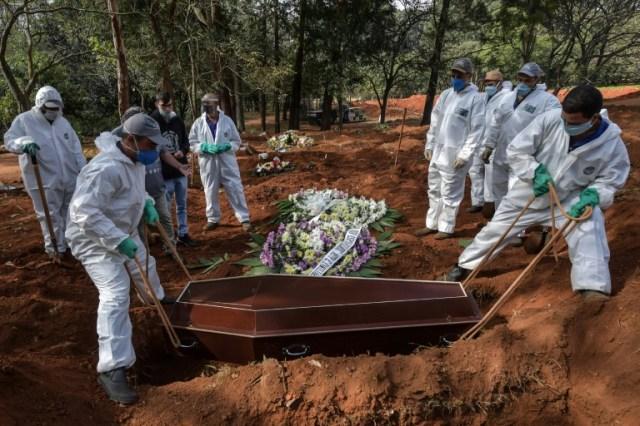 Enterrement d'un mort du Covid-19 au cimetière de Vila Formosa, près de Sao Paulo, au Brésil, le 20 mai 2020. (AFP - NELSON ALMEIDA)