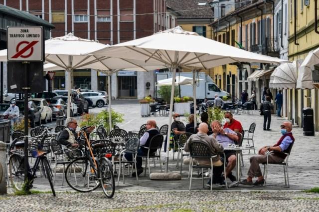 Des habitants de Codogno (sud-est de Milan) aux terrasses le 20 mai 2020 (AFP - Miguel MEDINA)