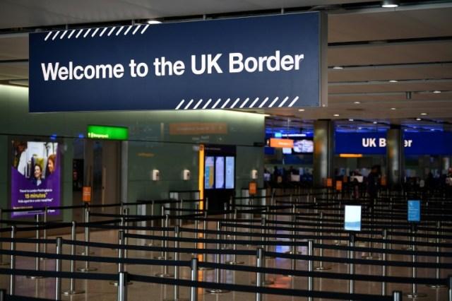 Le Royaume-Uni impose une quarantaine de quatorze jours aux personnes arrivant de l'étranger (AFP/Archives - Daniel LEAL-OLIVAS)