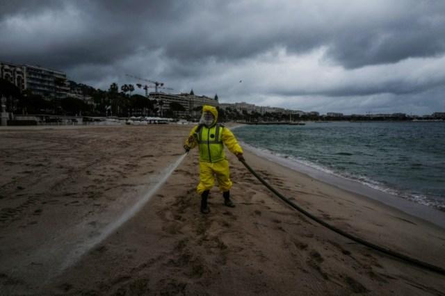 Désinfection d'une plage de Cannes, le 29 mai 2020 (AFP - VALERY HACHE)