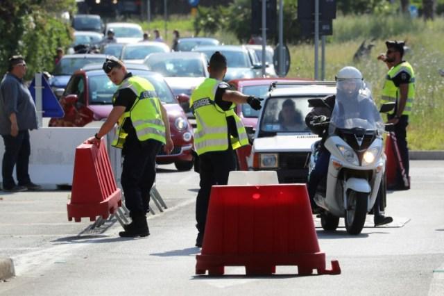 Des automobilistes font la queue à la frontière entre la France et l'Italie, le 3 juin 2020 à Menton (AFP - Valery HACHE)