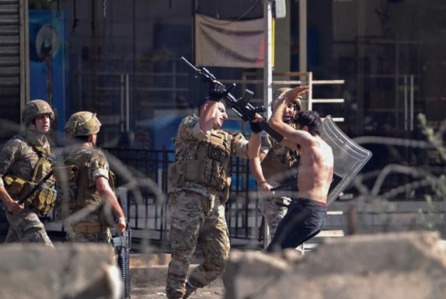 Heurts entre manifestants et soldats libanais à Tripoli, dans le nord du Liban, le 13 juin 2020  (AFP - Fathi AL-MASRI)