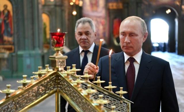 Vladimir Poutine accompagné de son ministre de la Défense dans la cathédrale des Forces armées, près de Moscou, le 22 juin 2020 (SPUTNIK/AFP - Alexey NIKOLSKY)