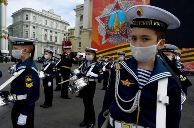 Des cadets prennent part aux répétitions du défilé de la Victoire sur l'Allemagne nazie, à Saint-Pétersbourg le 20 juin 2020 (AFP - OLGA MALTSEVA)