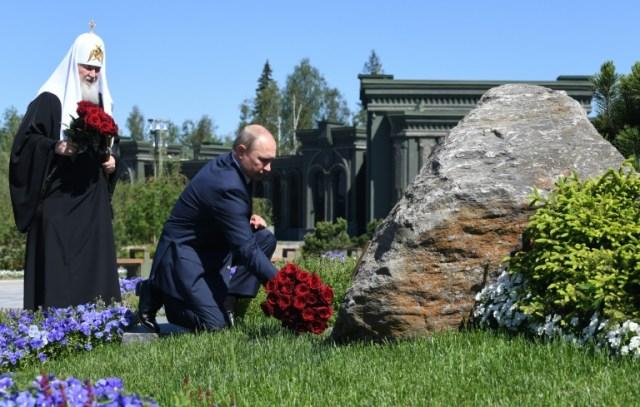 Vladmir Poutine dépose des fleurs devant la cathédrale des Forces armées, accompagné du patriarche orthodoxe Kirill, dans la banlieue de Moscou le 22 juin 2020  (SPUTNIK/AFP - Alexey NIKOLSKY)