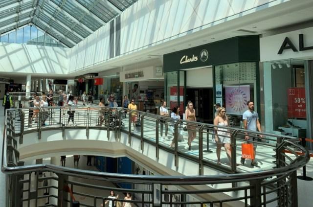 Des personnes dans un centre commercial à Watford, le 26 juin 2020 au Royaume-Uni (AFP - DANIEL LEAL-OLIVAS)