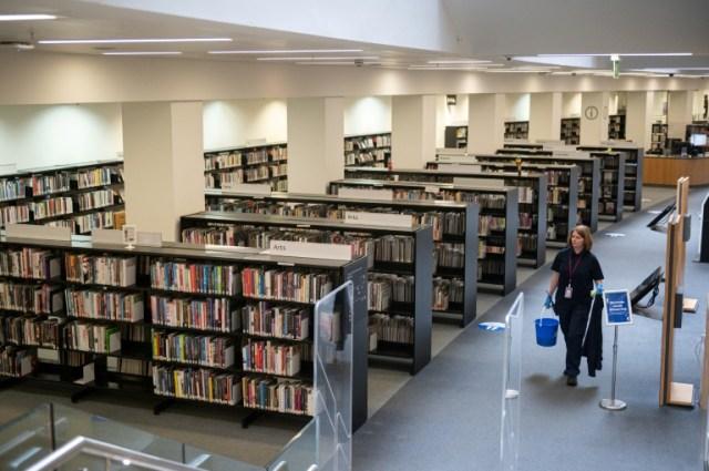 Préparatifs avant la réouverture d'une bibliothèque publique à Manchester, en Angleterre, le 3 juillet 2020 (AFP - OLI SCARFF)