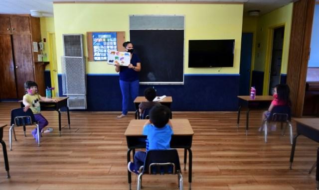 Une salle de classe dont les bureaux ont été espacés à cause du coronavirus, à Monterey Park, en Californie, le 9 juillet 2020  (AFP/Archives - Frederic J. BROWN)