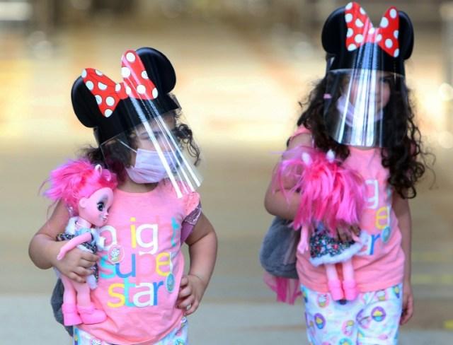 Deux enfants à l'aéroport international de Koweït le 1er août 2020 (AFP - YASSER AL-ZAYYAT)