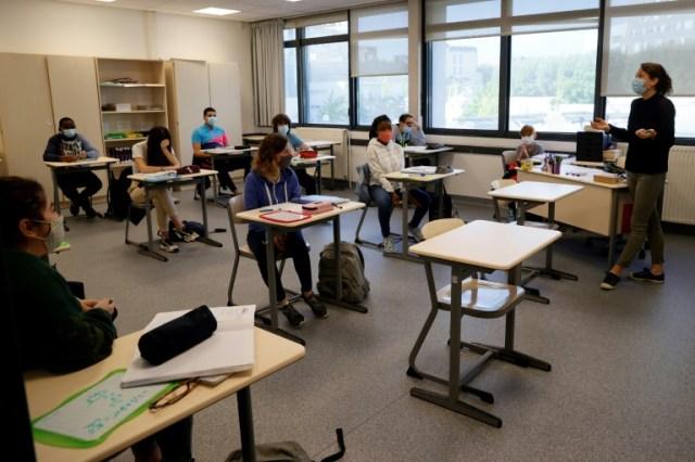 Des élèves et leur professeur portent des masques de protectin dans la salle de classe, le 22 juin 2020 à Boulogne-Billancourt, près de Paris (AFP/Archives - Thomas SAMSON )