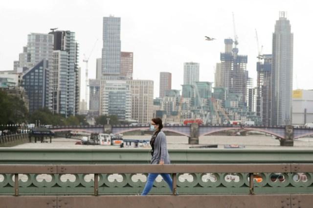 Une femme porte un masque de protection, le 21 août 2020 à Londres (AFP - Tolga Akmen)