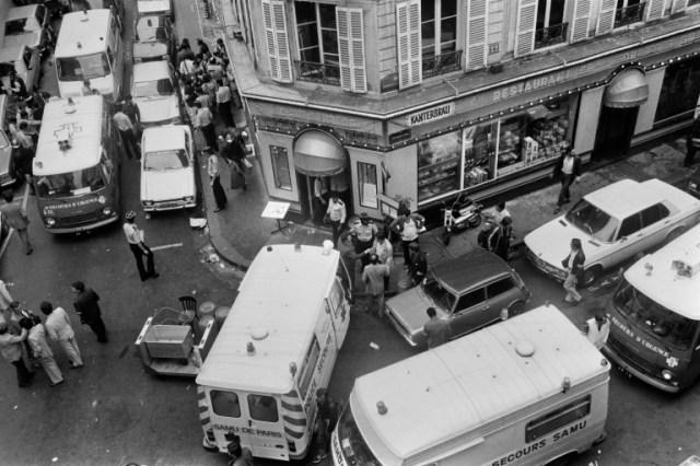 Policiers et secouristes après l'attentat dans un restaurant juif de la rue des Rosiers à Paris le 9 août 1982 (AFP/Archives - Jacques DEMARTHON)