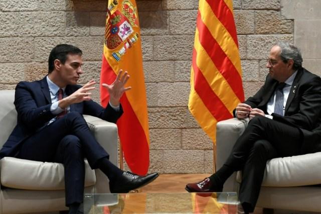 Le chef du gouvernement espagnol Pedro Sanchez (g) et le président régional catalan Quim Torra, le 6 février 2020 à Barcelone  (AFP - LLUIS GENE)