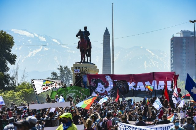 Manifestation pour le 1er anniversaire du début de la révolte sociale au Chili, le 18 octobre 2020 à Santiago (AFP - Martin BERNETTI)