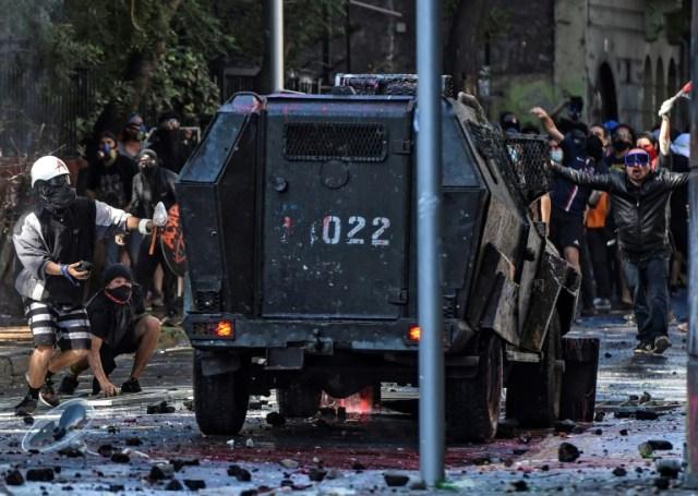 Heurts entre manifestants et forces de l'ordre à Santiago du Chili, le 18 octobre 2020 (AFP - Martin BERNETTI)