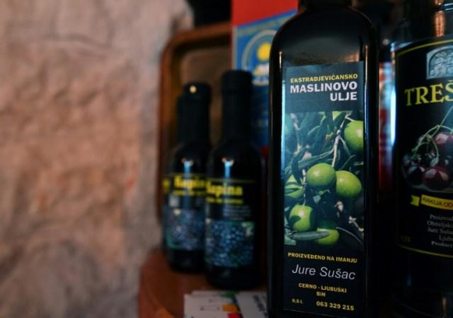 Des bouteilles d'huile d'olive de la plantation de l'oléiculteur Jure Susac, le 19 octobre 2020 près de Ljubuski, en Bosnie (AFP - ELVIS BARUKCIC)