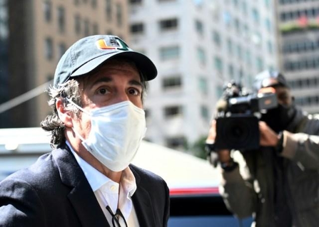 Michael Cohen arrive à son domicile de Manhattan à sa sortie de prison, le 21 mai 2020  (AFP - Johannes EISELE)